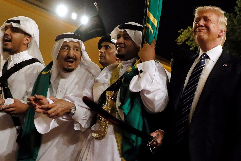 Президент США Дональд Трамп и король Саудовской Аравии Салман ибн Абдул-Азиз аль-Сауд танцуют аль-арда «танец с саблями»
